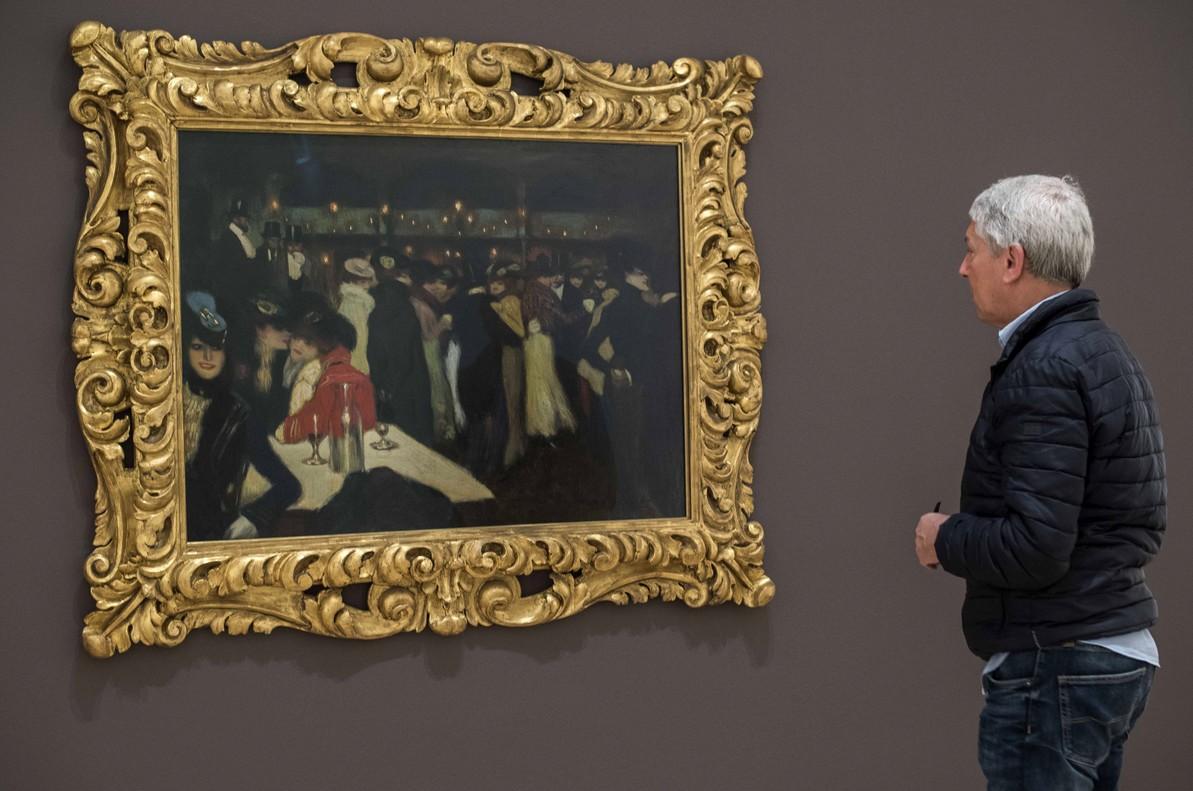 Un visitante observa Le Moulin de la Galette, de Pablo Picasso.