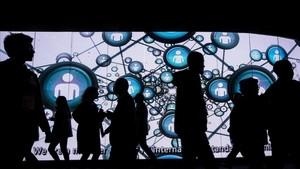 Visitantes del Mobile World Congress ante una enorme pantalla, el año pasado