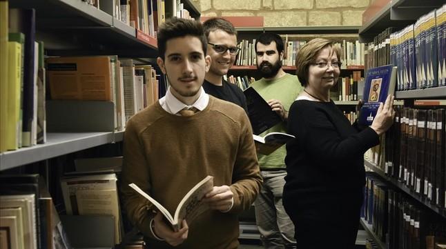 Voluntaros de la Viquipèdia: Xavier Dengra, Alistair Spearing, Àlex Hinojo y Marisa Lobato, en la Biblioteca de Sant Pau i la Santa Creu, de Barcelona.