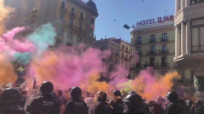 Els Mossos carreguen contra els CDR després de llançar-los pots de pintura