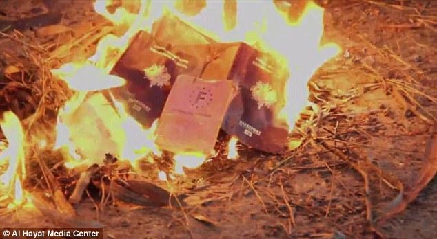Yihadistas franceses del Estado Islámico queman sus pasaportes.