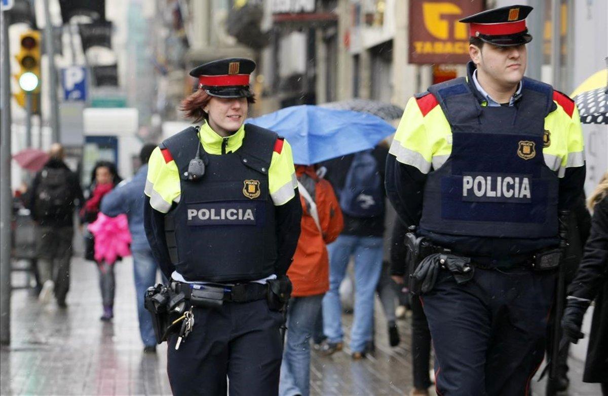 Una patrulla de Mossos d'Esquadra, en una calle de Barcelona.