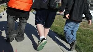 Niños caminan hacia la escuela, en EEUU.