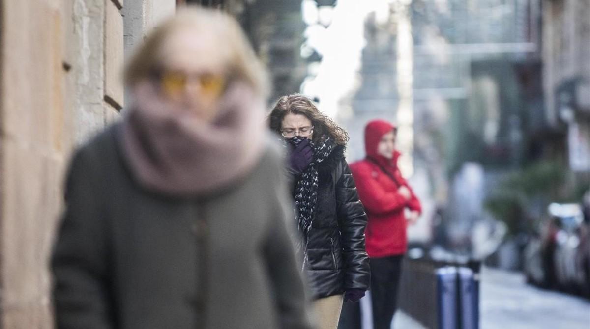 Transeúntes en Barcelona durante la ola de frío del mes de enero.