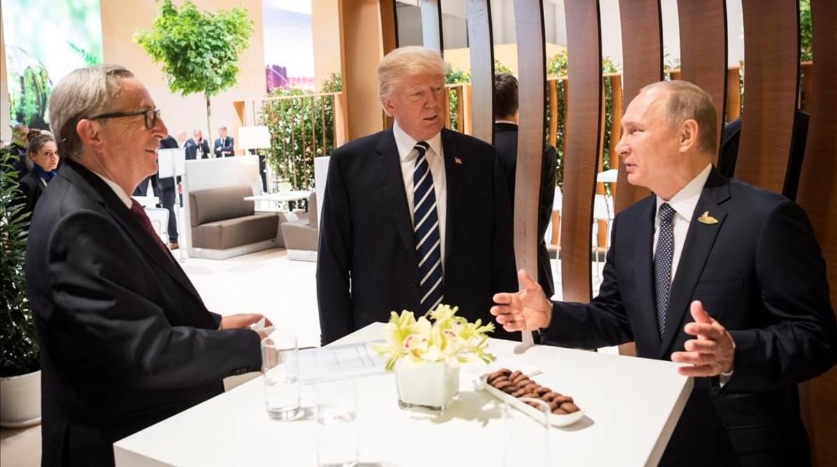 El presidente de la Comisión Europea, Jean Claude Juncker, conversa con Donald Trump y Vladimir Putin en un receso de las reuniones del G20.