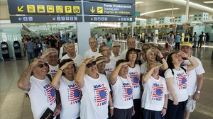 Miembros de la Agrupació Astronòmica de Sabadell simulan en el aeropuerto de El Prat mirar hacia el Sol, y advierten de que en el eclipse hay que protegerse los ojos con gafas especiales.