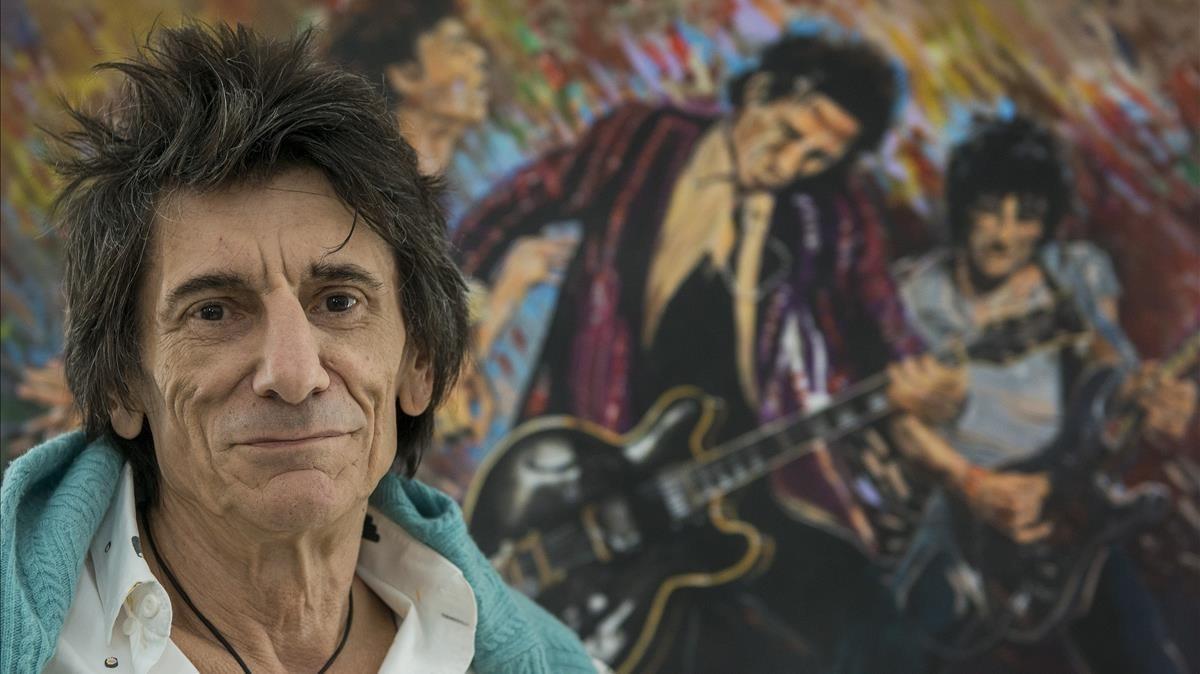 Ron Wood, en la suite Ronnie Wood del Hotel Palace de Barcelona, ante uno de sus cuadros.