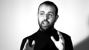 Peyu, caracterizado como Steve Jobs, en una imagen promocional de 'iTime'.