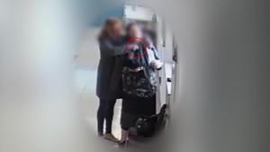 Instante en que la ladrona aborda a una de sus víctimas.