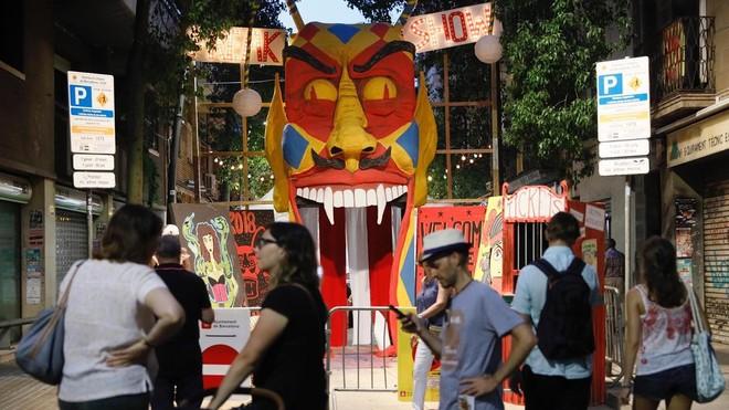 Cabeza de dragón en la calle Galileu, ganadora del concurso de calles decoradas de las fiestas de Sants.