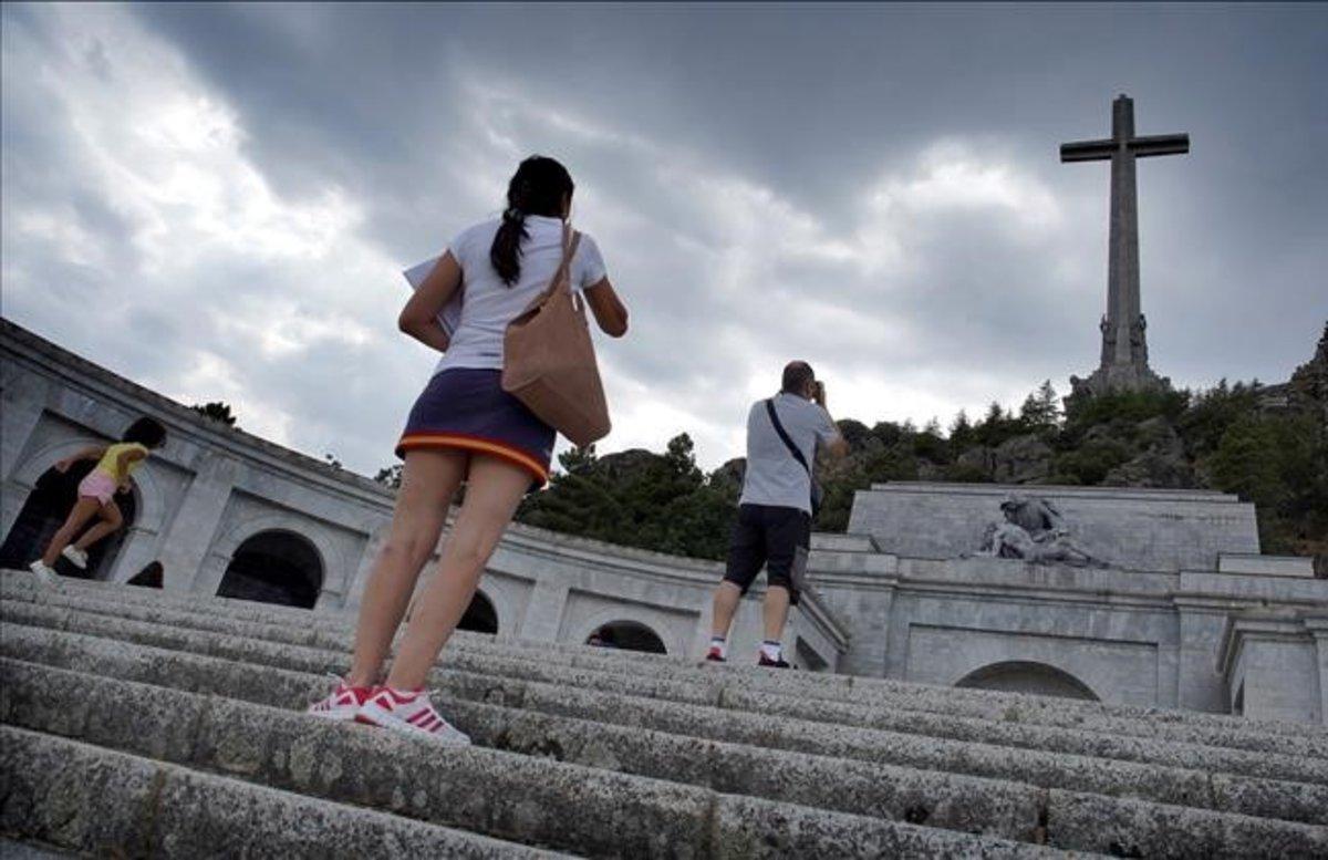 Visitantes fotografían la fachada del Valle de los Caídos, el agosto pasado.