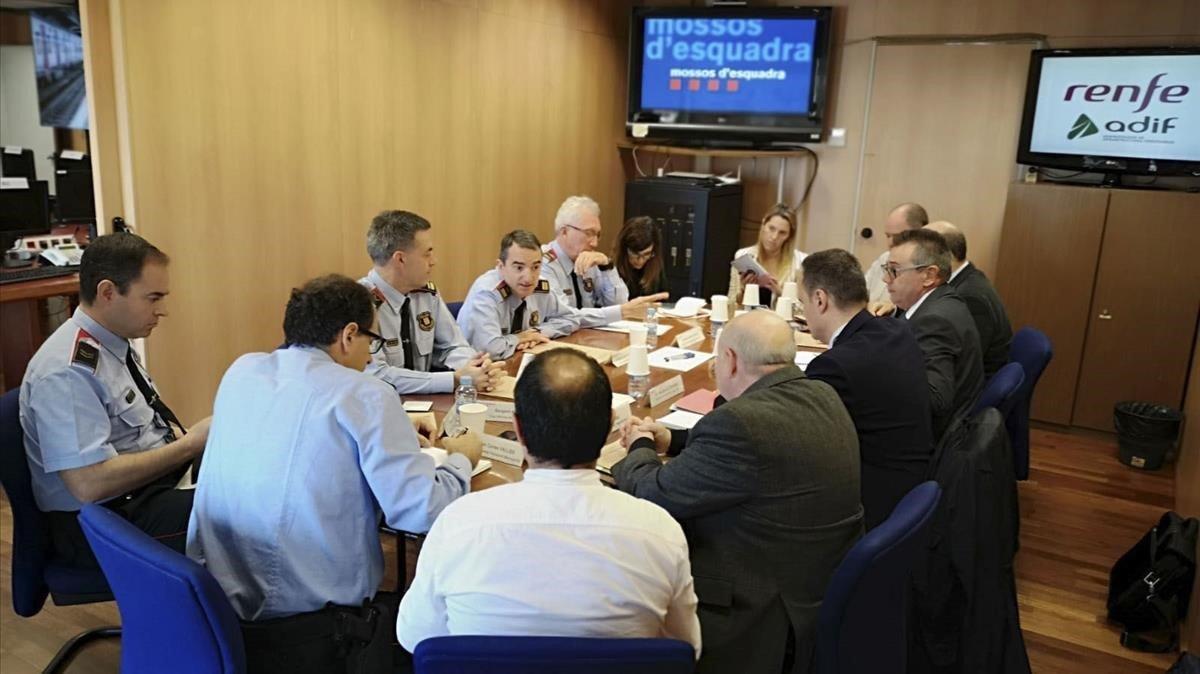 Responsables de Mossos d'Esquadra, Adif y Renfe, en la reunión de este mediodía sobre el incidente de la falsa granada.