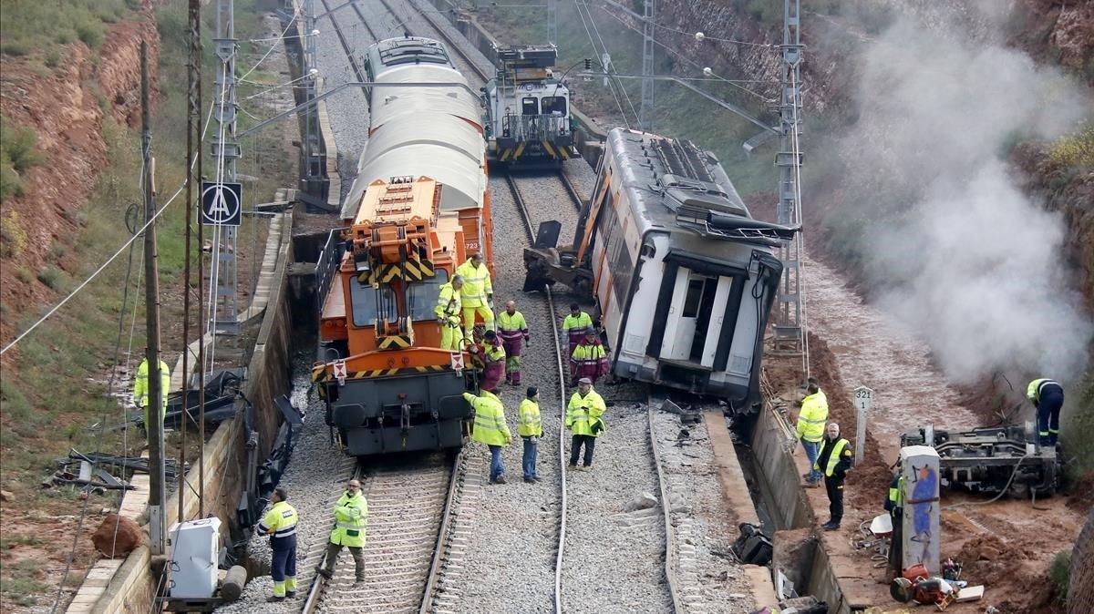 Preparativos para retirar el único vagón que queda del accidente de Rodalies de Vacarisses.
