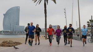 Un grupo de corredores en el paseo Marítim, el 13 de marzo.