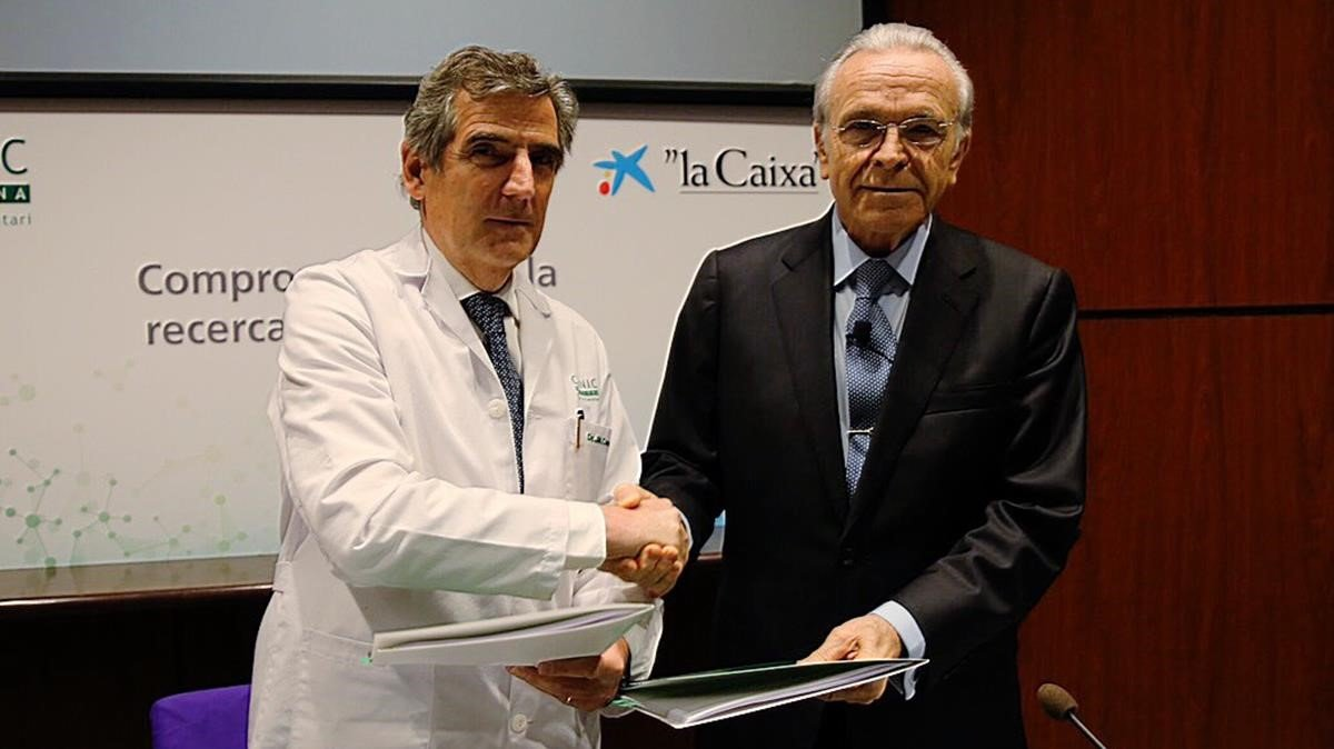 El presidente de la Fundacion Bancaria La CaixaIsidro Faine yel director general del Hospital ClinicJosep Maria Campistol se dan la mano después de firman el acuerdo.
