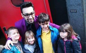 Unos niños posan con el mago al final del espectáculo.