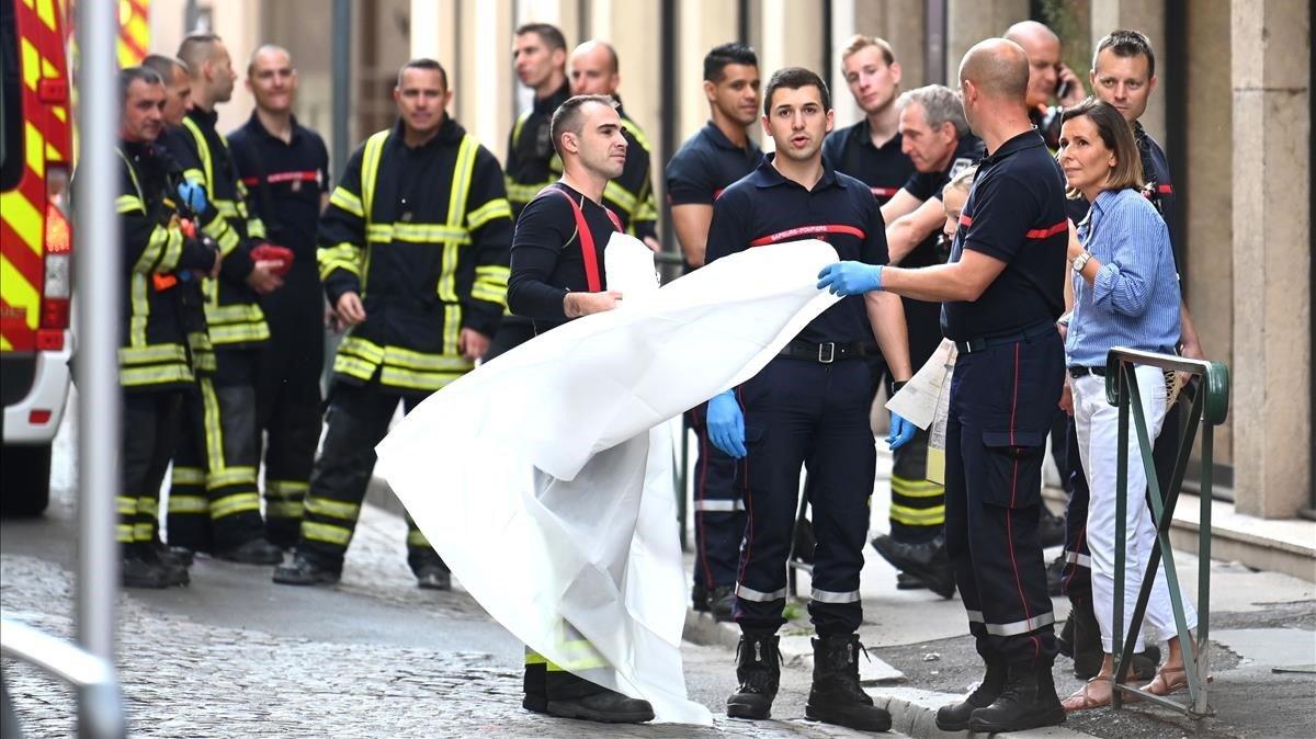Los trabajadores de emergencia franceses en la escena de la explosión de un paquete bomba, en una calle peatonal en el corazón de Lyon.
