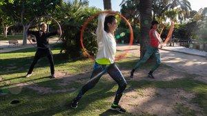 Mika, en el centro, durante una clase avanzada de 'hula hoop' en la Ciutadella. Fans of Hooping también imparte talleres para fabricar aros y cursos de 'hula hoop' de fuego.