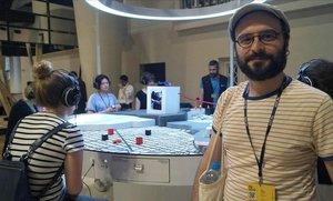 Pau Masalo, uno de los creadores de 'Prospective ations', ante la instalación, en la Cuadrienal de Praga.