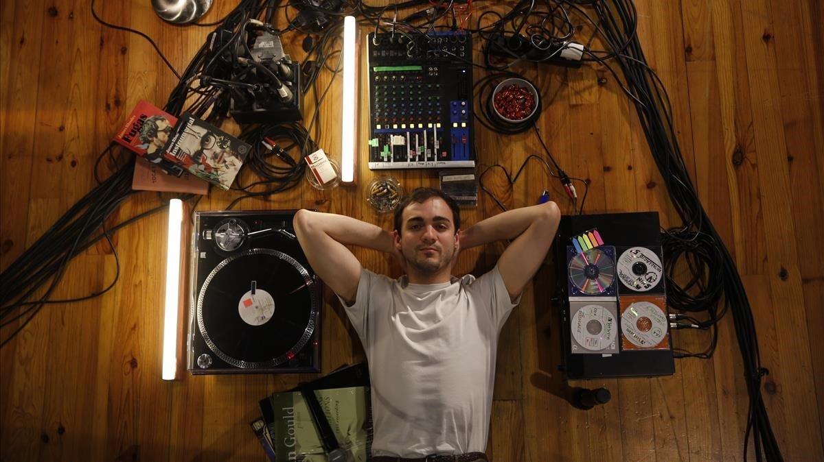 El actor Quim Àvila en la escenografía donde se ambienta 'Instrumental'.