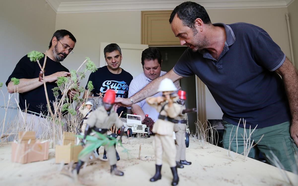 José Luis Vera,Miquel Llopis,Josep Maria Padilla yJordi López preparanla sabana colonizada por Madelman que expondrán en julio en L'Illa Diagonal.