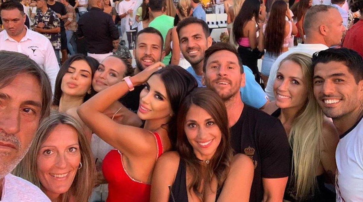 Messi, Suárez, Cesc, Alba y Pepe Costa ysus respectivas parejas, más la hija mayor de la mujer de Cesc, durante el conciertoen Eivissa.