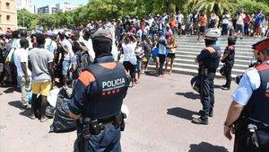 Los manteros han vuelto este jueves al mediodía al passeig Joan de Borbó y han topado con el dispositivo policial.