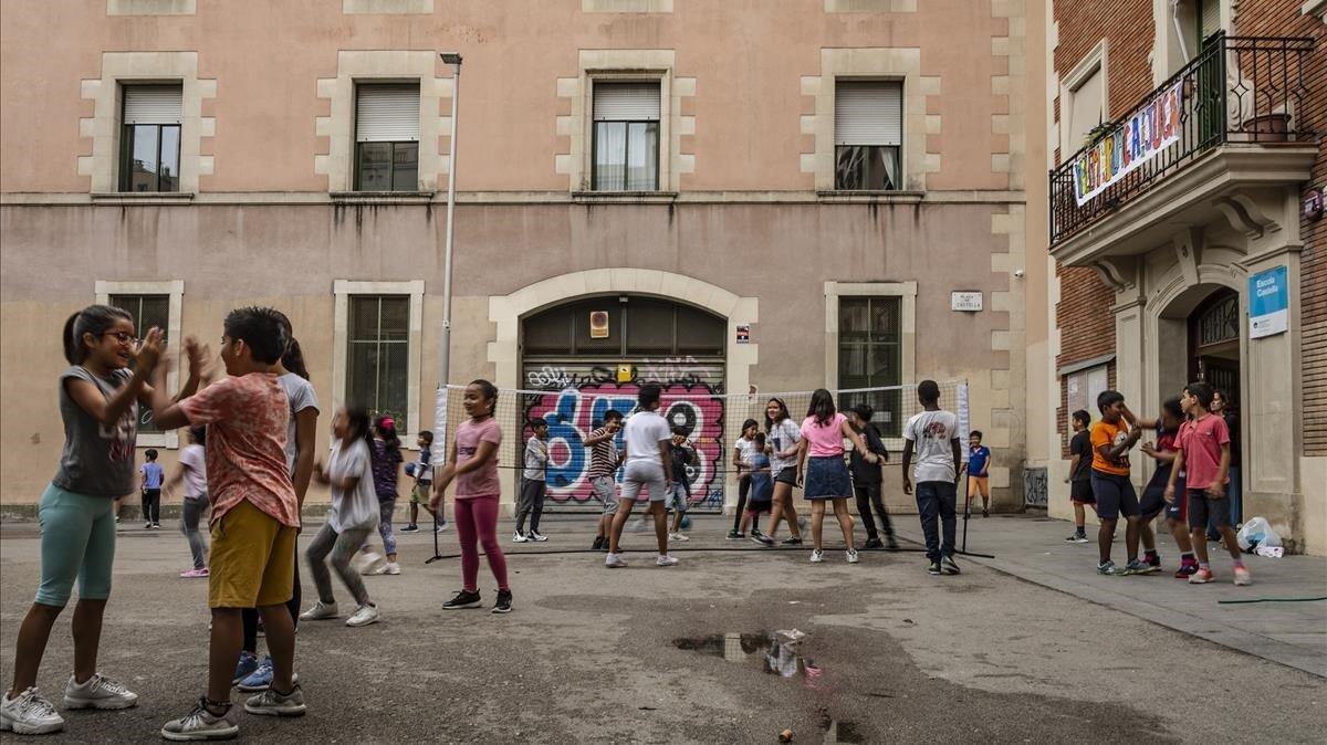 Niños de primaria jugando en la plaza Castella en la hora del recreo