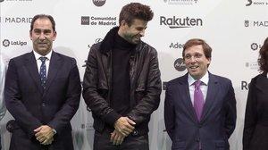 Gerard Piqué bromea entre Albert Costa y el alcalde de Madrid, José Luis Martínez Almeida.
