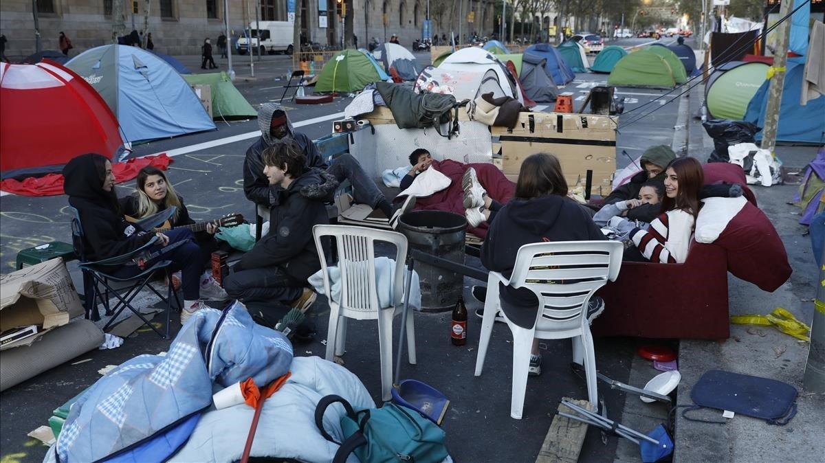 Una acampada esgotada atipa comerços i treballadors de Barcelona