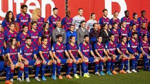 Las dos plantillas del FC Barcelona, en el estadio JohanCruyff.