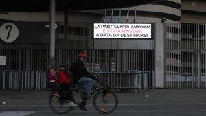 Un ciclista pasea por las inmediaciones del estadio de San Siro, en Milán.