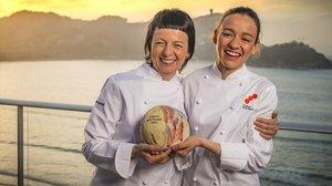 Fina Puigdevall y su hija Martina, del restauranteLes Cols de Olot, felices como soles, este lunes en San Sebastián.