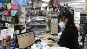 Una comerciante china atiende a una clienta en un establecimiento de Barcelona.
