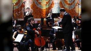 El violonchelista Pau Codina y el director Salvador Mas en el concierto de la OCM en el Palau de la Música.