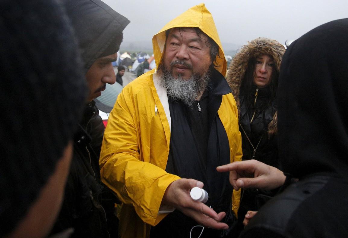 Ai Weiwei visita el camp de refugiats d'Idomeni