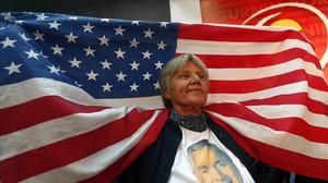 Una votante del DPS, del primer ministro de Montenegro, el prooccidental Milo Djukanovic, con una bandera de EEUU tras conocerse los resultados de las elecciones.