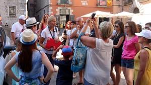 zentauroepp39599904 un grup de turistes amb la seva guia que porta penjat al co170808083829