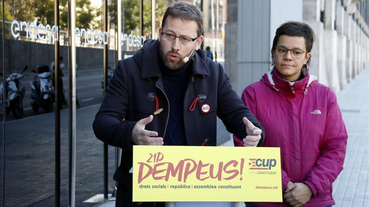 Vidal Aragonés, número 3 por Barcelona, y Natalia Sánchez, cabeza de lista por Girona, este miércoles frente al edificio de Endesa, en Barcelona.