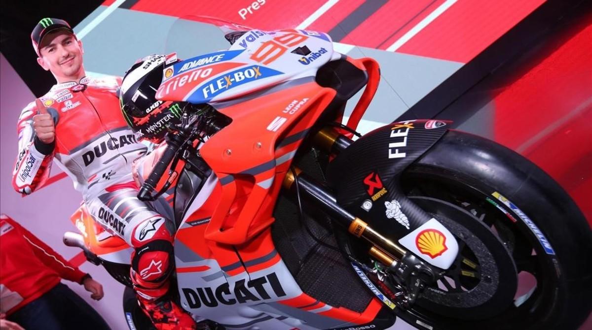 Jorge Lorenzo, sobre la nueva Ducati Desmosedici, en la presentación de hoy en Bolonia (Italia).