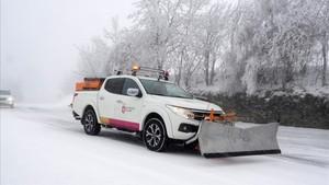 Un vehículo quitanieves limpia una carretera de acceso a León desde Lugo, el 26 de enero.