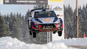 Neuville, de cabeza a la victoria en el Rally de Suecia.