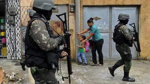 Patrulla militar en Vila Kennedy, una favela de Río de Janeiro