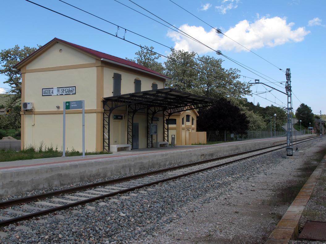 Laestación de tren de Aguilar de Segarra, desierta. Apenas pasan un par o tres de convoys al día.