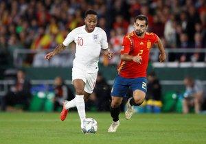Jonny (d) corre junto a Sterling, goleador en Sevilla ante España.