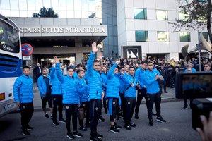 Los jugadores de Boca saludan a los aficionados en la puerta de su hotel en Madrid.