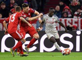 Mané (d) remata un balón ante la oposición de dos jugadores del Liverpool.