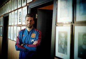 Sergi Gómez en la Ciudad del Fútbol de Las Rozas rodeado de retratos de internacionales históricos.
