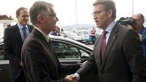 Caros Tavares, presidente de PSA, saluda a López-Feijoo, presidente de la Xunta.