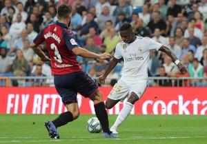 El madridista Vinicius dispara en la jugada del 1-0 ante Osasuna.